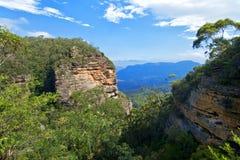 Fotvandra i blåa berg Fotografering för Bildbyråer