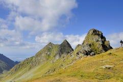 Fotvandra i Carpathians berg Royaltyfri Fotografi