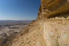 Fotvandra i den Negev öknen av Israel fotografering för bildbyråer