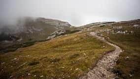 Fotvandra i dolomitesna med ljus och skuggor Royaltyfri Fotografi