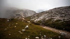 Fotvandra i dolomitesna med ljus och skuggor Arkivfoto