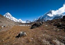 Fotvandra i Himalayas: Pumori toppmöte och berg Royaltyfri Bild