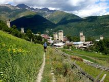 Fotvandra i Kaukasus berg, georgia Arkivfoto