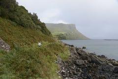 Fotvandra i Skye Scotland Arkivbild