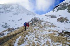 Fotvandra i steniga berg Arkivbilder