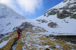 Fotvandra i steniga berg Royaltyfria Bilder
