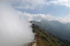 Berg i dimmig dag royaltyfri bild