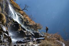 Fotvandra i Tiger Leaping Gorge Berg och flod Mellan Xianggelila och den Lijiang staden Yunnan landskap, Tibet, Kina arkivfoto