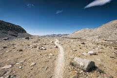 Fotvandra John Muir Trail royaltyfri bild