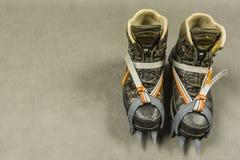 Fotvandra kängor med klassiska bindande isbroddar Royaltyfri Foto