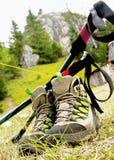 Fotvandra kängor med Trekking av Poles Royaltyfria Foton