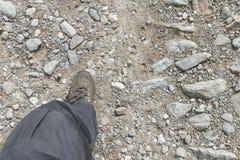 Fotvandra kängor på en stenig fotvandra slinga Arkivfoto