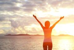 Fotvandra kvinna lyftta armar till soluppgång Royaltyfri Fotografi