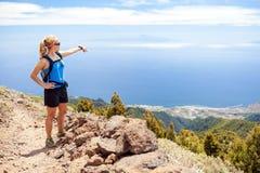 Fotvandra kvinnan, löpare i sommarberg Arkivfoto