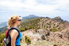 Fotvandra kvinnan, löpare i sommarberg Arkivfoton
