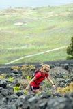 Fotvandra kvinnan, löpare i sommarberg arkivbilder