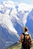 fotvandra kvinnan som beundrar den Mont Blanc toppmötet i Chamonix, Frankrike Fotografering för Bildbyråer