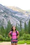 Fotvandra kvinnan som ser upp på kopieringsutrymme i Yosemite Arkivbild