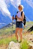 Fotvandra kvinnan som tycker om den Mont Blanc massiven nära Chamonix, Frankrike arkivfoton