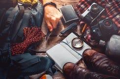 Fotvandra loppturismtillbehör på träbakgrund Begrepp för aktivitet för ferie för affärsföretagupptäcktresa royaltyfria bilder