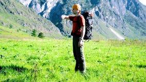 Fotvandra mannen som går på grön bergäng med ryggsäcken Sommarsport och rekreationbegrepp stock video