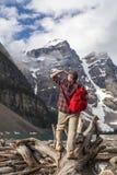 Fotvandra mannen som ser morän sjön, & Rocky Mountains Royaltyfri Fotografi
