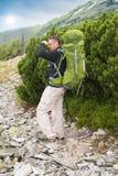 Fotvandra manståenden med ryggsäcken arkivbilder
