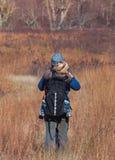 Fotvandra med barnet i ryggsäck Royaltyfria Foton
