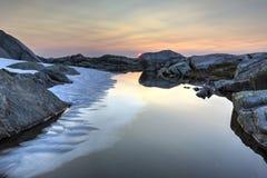 Fotvandra med den midnatta solen och glaciärer Arkivbilder