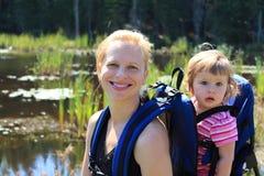 fotvandra moder för dotter arkivfoto