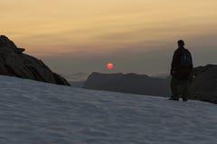Fotvandra in mot den midnatta solen Royaltyfria Bilder