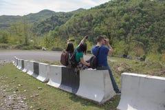 Fotvandra near pinnar mig - lifta Turister i vägauto-stoppet Royaltyfria Foton