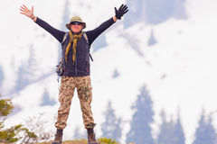 Fotvandra och äventyra på berget av den ovanliga mannen för framgång Arkivfoton