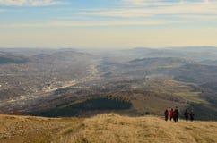 Fotvandra på berg i höst Royaltyfri Fotografi