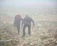 Fotvandra på berget till och med dimma Royaltyfri Fotografi
