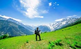 Fotvandra på det Sonamarg berget Arkivfoto