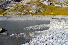 Fotvandra på Gemmipassen, med sikten av Daubenseen, Schweiz/Leukerbad arkivfoton