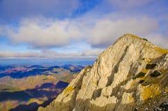 Fotvandra på klipporna Royaltyfri Fotografi