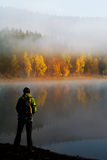 Fotvandra på lake 1 Arkivfoto