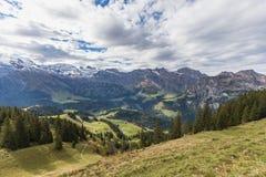 Fotvandra på monteringen Brunni på Engelberg i de schweiziska fjällängarna royaltyfria foton