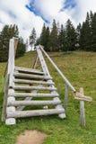 Fotvandra på monteringen Brunni på Engelberg i de schweiziska fjällängarna fotografering för bildbyråer
