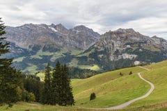 Fotvandra på monteringen Brunni på Engelberg i de schweiziska fjällängarna arkivbild