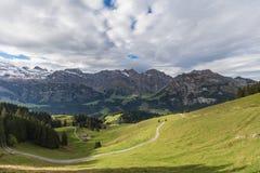 Fotvandra på monteringen Brunni på Engelberg i de schweiziska fjällängarna royaltyfria bilder