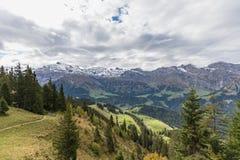 Fotvandra på monteringen Brunni på Engelberg i de schweiziska fjällängarna royaltyfri foto