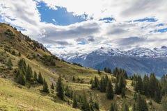 Fotvandra på monteringen Brunni på Engelberg i de schweiziska fjällängarna royaltyfri fotografi