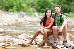 Fotvandra par - fotvandrare som vilar i Zion Park Royaltyfria Bilder