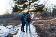 Fotvandra par i vårskog Arkivfoton