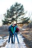 Fotvandra par i vårskog Arkivbild