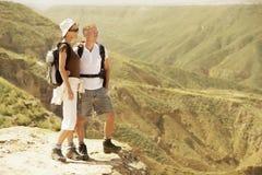 Fotvandra par som överst står av berget Fotografering för Bildbyråer