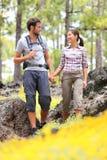 Fotvandra par som går i skog Fotografering för Bildbyråer